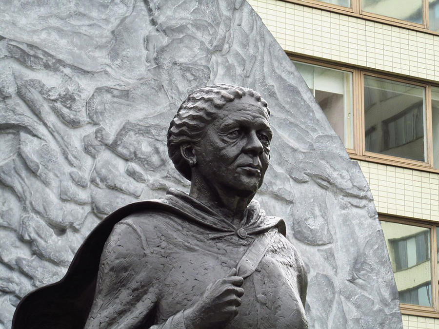 Statue of Mary Seacole by Martin Jennings in front of St Thomas